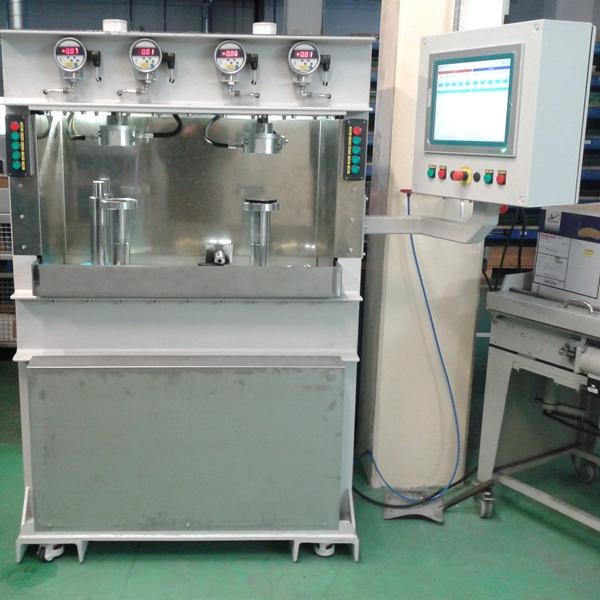 Zkušebna určená pro výrobní kontrolu těsnosti ventilů s dvěma nezávislými měřicími stanovišti do tlaku 60 bar.