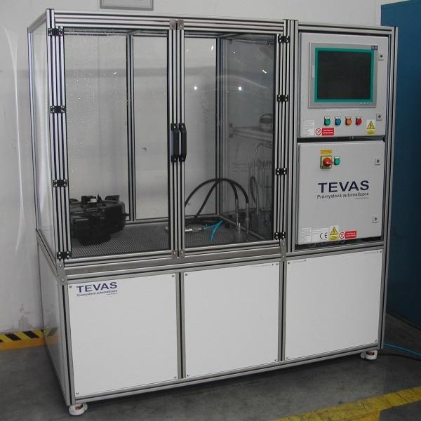 Zkušebna určená pro výrobní kontrolu těsnosti plastových nádrží do tlaku 120 bar.