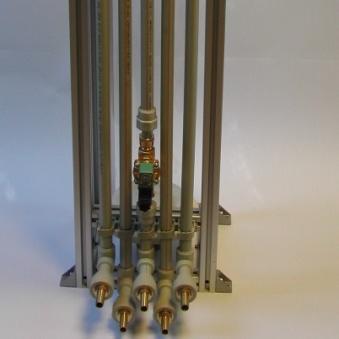 Dávkovač varianta 2 – pohled na vstupní potrubí surovin a oplachu vody.