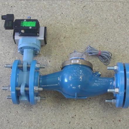 Kombinace průtokoměru a pneumaticky ovládaného ventilu.