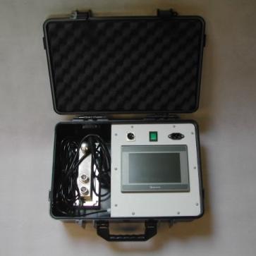 Přenosný měřící kufr se zařízením pro měření síly.